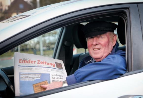 Zeitungssleser im Auto
